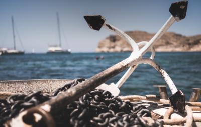Ein Anker an einem Hafen